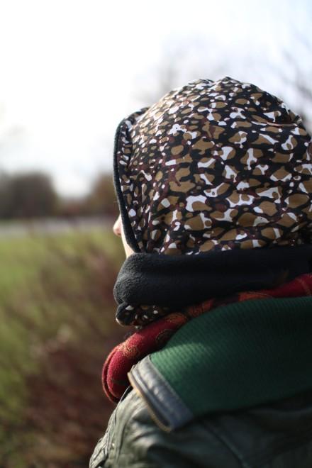 Gerade im Winter hält die Verbindung von Schal und Mütze richtig warm.