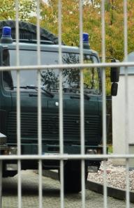 Zahlreiche Einsatzfahrzeuge der Polizei stehen vor und hinter dem durchuschten Haus. Mit der Presse reden dürfen die Polizisten vor Ort nicht.