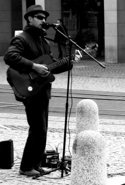 Da ist er wieder: Plauens stadtbekannter Straßenmusiker. Auch er muss sonntags arbeiten. Im Büro singen schon die Ersten mit. Foto: T. Goldbecher