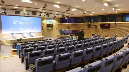 Der Pressesaal der Europäischen Kommission: Hier findet täglich 12 Uhr eine Pressekonferenz statt. An den Sitzen befinden sich Kopfhörer, über die man das Gesprochene auf Englisch oder Französisch hören kann. Hinter den Glasscheiben oben sitzen die Dolmetscher.