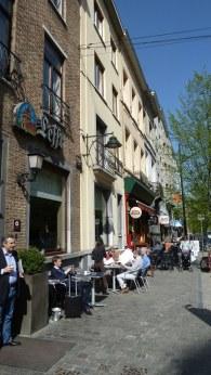Die Rue Franklin: Auch hier wimmelt es mittags vor wichtigen Leuten. Ob Pressesprecher, Journalisten, Lobbyisten oder Abgeordnete: In Brüssel trifft man sich öfter in Cafés und Restaurants als in klimatisierten Büros.