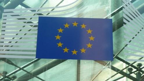 Die zwölf gelben Sterne auf blauem Untergrund prangen an so ziemlich jeder Tür. Besucher müssen überall zuerst durch eine Sicherheitskontrolle, bevor sie durch die heiligen Hallen der EU wandeln dürfen.