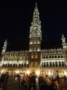 Das gotische Rathaus ist nachts eindrucksvoll beleuchtet.