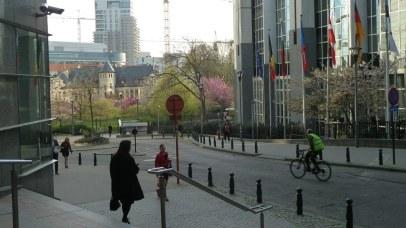 Typisch auch für die Stadt: Die Radfahrer tragen leuchtende Warnwesten.
