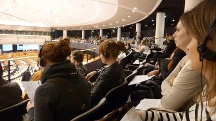 Wir haben auf der Pressetribüne Platz genommen und eine kleine Plenarsitzung besucht. Wer da worüber sprach und wie das einzuordnen war, haben wir nicht so recht rausgefunden. Aber es waren auch nur rund 30 der 766 Plätze besetzt.