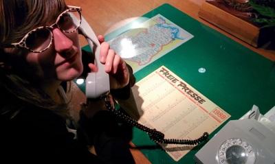 Ein Arbeitsplatz ohne Computer? Damals selbst verständlich. Die Redakteure hatten stattdessen ein Wähltelefon, einen Kalender und die Karte der Deutschen Demokratischen Republik (DDR) vor Augen. Fotos: Jürgen Freitag/DDR-Museum Berlin
