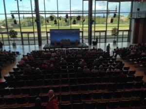 Langsam füllt sich der Saal vor der Veranstaltung.