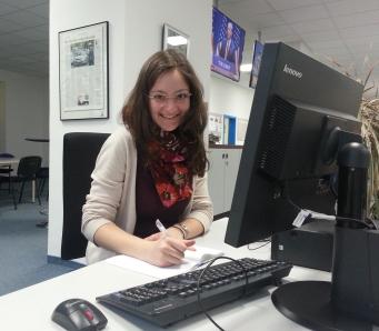 Volontärin am Schreibtisch
